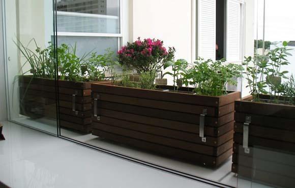 Horta com puxadores para facilitar o deslocamento das plantas para outro local da casa  (Foto: Divulgação)