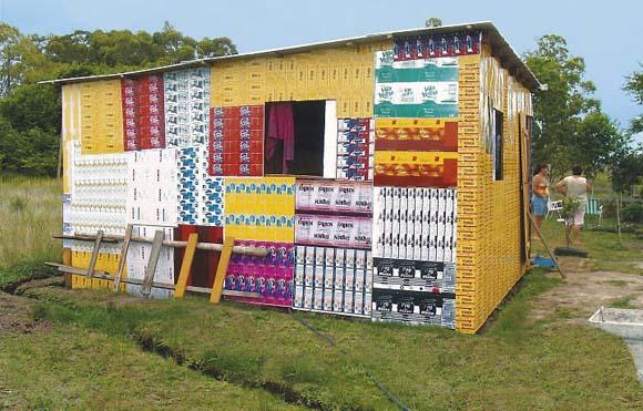Casa de madeira revestida com folhas de latasm en Curral Alto, distrito de Santa Vitória do Palmar, no Rio Grande do Sul