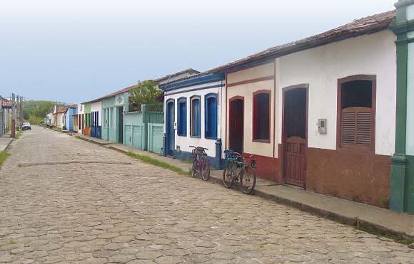 Conjunto de casas em estilo colonial, em Nova Viçosa (Foto: Demis Ian Sbroglia)