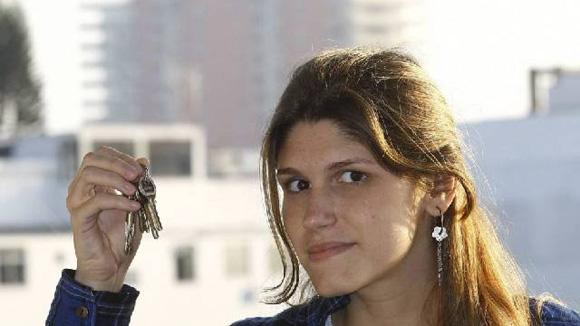"""Priscilla, com as chaves do imóvel que tem reserva de usufruto para a avó: """"Ela queria me deixar segura financeiramente"""" (Foto: Roberto Moreyra)"""