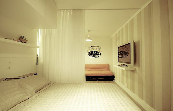 Cortina de voile divide sala e quarto (Foto: Divulgação)