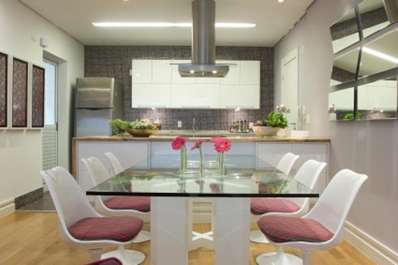 decoracao de interiores cozinha:de Interiores. Pastilhas de vidro revestem toda a parede da cozinha