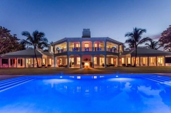 Celine Dion quer vender mansão com três piscinas e parque aquático