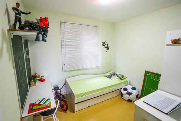 O quarto ganhou objetos temáticos e alguns foram reaproveitados, como o tabuleiro de futebol de botão