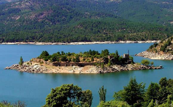 A ilha está situada em Ávila, cidade cercada por muralhas.