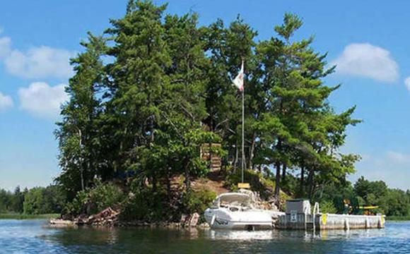 Casa conta ainda com uma pequena doca para barcos e canoas.