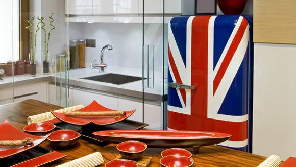 Para envelopar a geladeira leva, em média, três horas e o serviço é feito no local (Foto: ThinkStock)