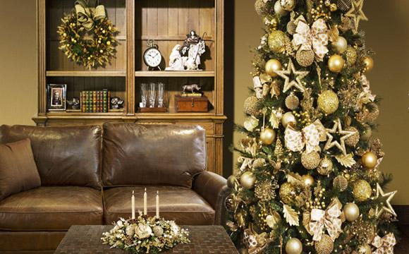 A tradição da árvore com decoração dourada e branca está presente nesta coleção da loja Cecilia Dale, ideal para agradar os lares mais clássicos, por sua elegância e sofisticação. (Foto: Divulgação)