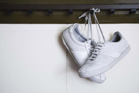 Ganchos, que servem para pendurar roupas ou bolsas, também podem virar sapateira