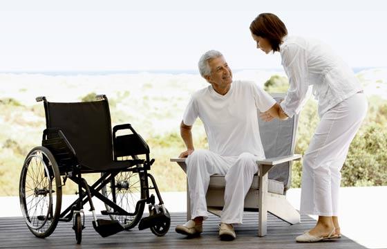 Cadeiras devem estar na altura ideal para que o cadeirante tenha mais facilidade (Foto: Thinkstock)