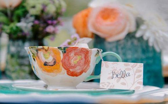 Faça tags, plaquinhas e cartões seguindo a arte visual do casamento, se possível