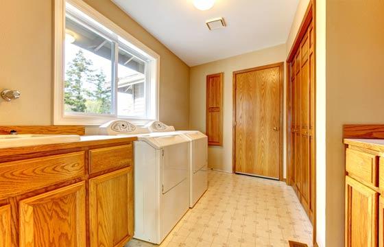 Instale uma janela em sua área de serviço. Além de valorizar o apartamento, o vidro protege suas roupas em caso de chuva