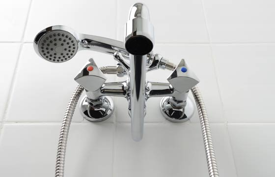 Compre os chuveiros. As construtoras não costumam entregar o apartamento com chuveiro. É importante observar se, no caso de mais de um banheiro, existe a possibilidade de colocar chuveiro elétrico