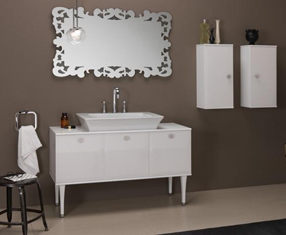 decorar lavabo antigo:Lavabo foi decorado com móvel em laca branca brilhante