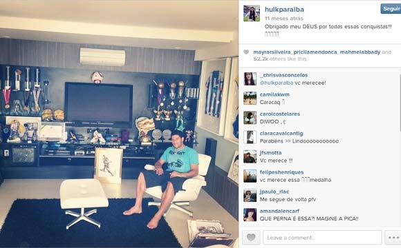 Sala de TV do jogador Hulk, que hoje mora na Rússia. É ali que ele guarda todos os seus troféus