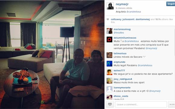 Neymar tem sofá suficiente para acomodar toda a sua família em Barcelona, na Espanha