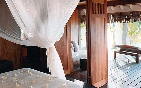 Os hóspedes podem desfrutar de um oásis de luxo, com decks de madeira