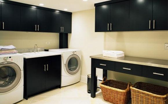 O contraste entre o preto e uma cor mais clara também pode ser explorado na lavanderia (Foto: Reprodução - Shelterness)
