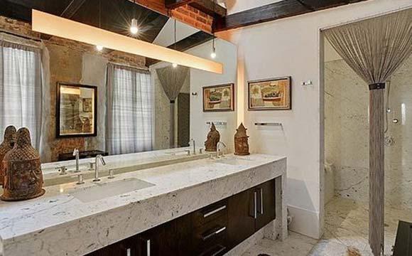 Como se pode ver, Kravitz gosta de mármore e também colocou no banheiro da casa