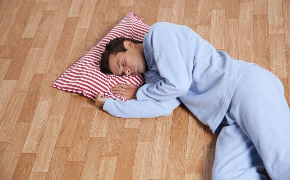 """""""Aconchegante,    piso térmico    espanta o frio    da sua casa""""...""""Sistema de aquecimento pode substituir       os aquecedores"""""""