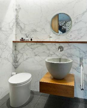 Rumores dão conta de que Beyoncé está de olho em uma nova casa em Nova York, que tem esse banheiro com pedras de mármore e toques simples (Foto: Reprodução/Town Real State)