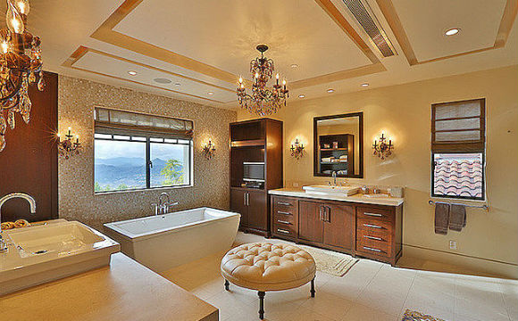 Relatos na imprensa americana dizem que a casa de Kourtney Kardashian é cheia de bolor, mas não podemos negar que seu banheiro é incrível e delicado (Foto: Reprodução/Trulia)