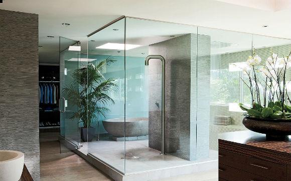 O diretor do filme Transformers, Michael Bay, tem uma casa luxuosa. O banheiro possui uma banheira feita em concreto e um enorme chuveiro  (Foto: Reprodução/Elle Decor)