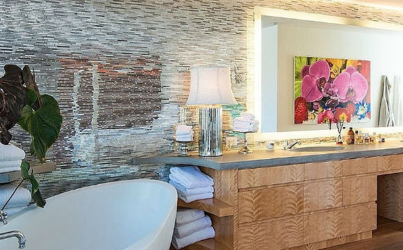 A eterna salva-vidas do seriado Baywatch, Pamela Anderson, tem uma enorme banheira de imersão no banheiro principal de sua casa em Malibu, nos EUA (Fotos: Reprodução/Chris Cortazzo)