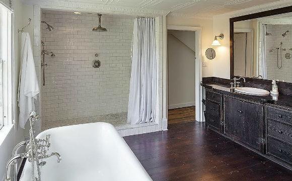 Assim como toda sua casa em Connecticut, nos EUA, o banheiro de Renée Zellweger combina luxo com toques rústicos do país (Foto: Reprodução/Landvest)
