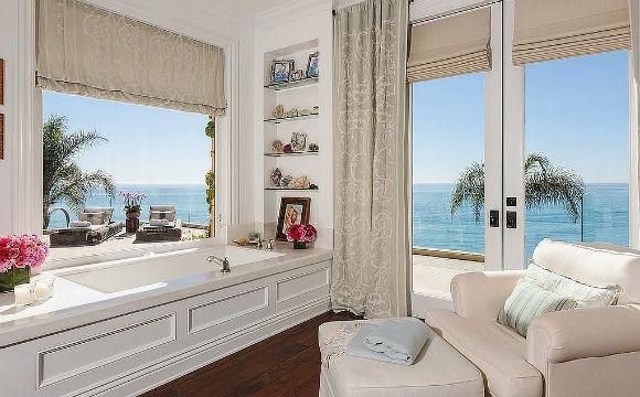 A apresentadora americana Yolanda Foster tem um banheiro com vista panorâmica para o balneário de Beverly Hills. Uma maneira espetacular para tomar banho (Foto: Reprodução/Chris Cortazzo)