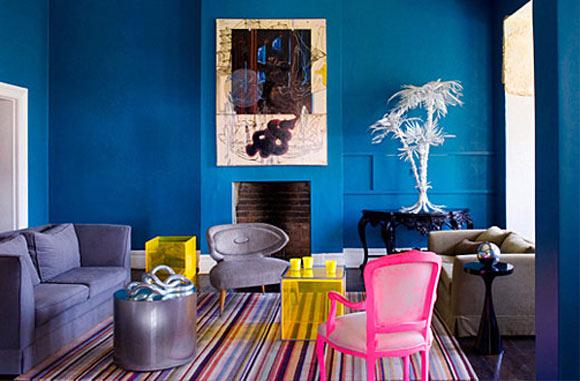 O charme das cores neon deve aparecer nos detalhes de um cômodo, como nas cadeiras e mesas dessa sala (Foto: Reprodução - Decoist)