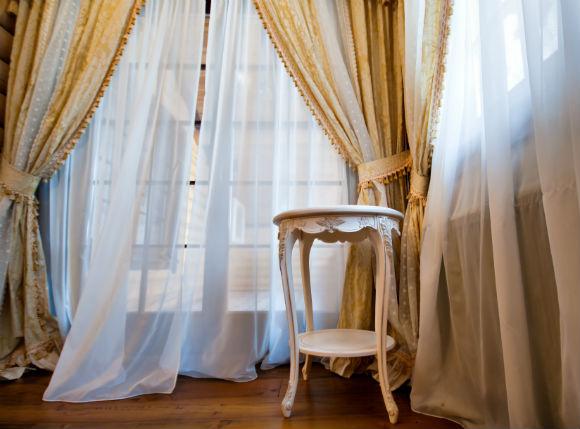 As cortinas volumosos deram espaço para os tons e tecidos mais leves