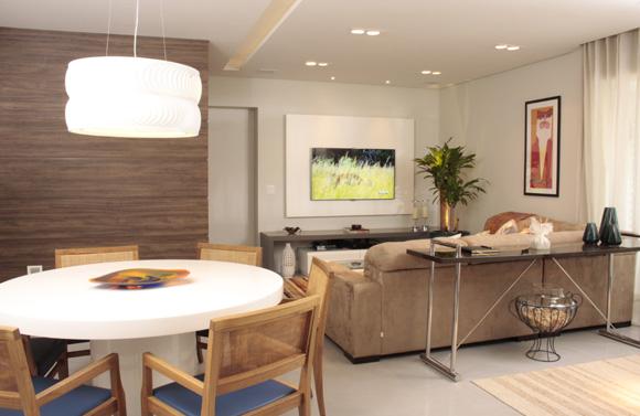 Luminária deve combinar com o estilo de decoração da sala (Foto: Letícia Ximenes Arquitetura)