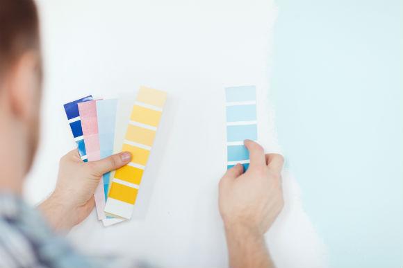 Mudar a cara da parede exige muitos cuidados e não só passar um pincel ou rolo de pintura (Fotos: Shutterstock)