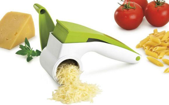 Ralador de queijo com sistema de manivela é mais prático e rápido. À venda na loja Penselar por R$ 49,90 (Foto: Reprodução/Penselar)