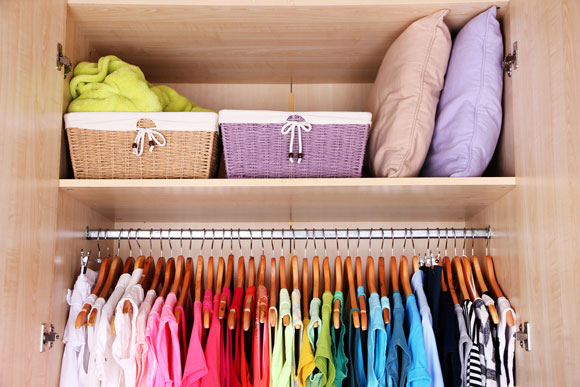 Lave as roupas que estão guardadas por um longo período, mesmo que não estejam sujas (Foto: Shutterstock)