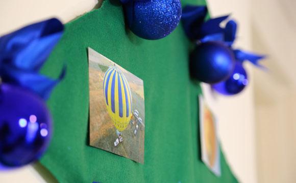 Além das bolas de Natal, uma ideia para decorar sua árvore é colocar fotos e cartões