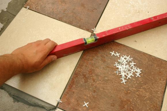 Utilize espaçadores para fazer o rejunte do piso