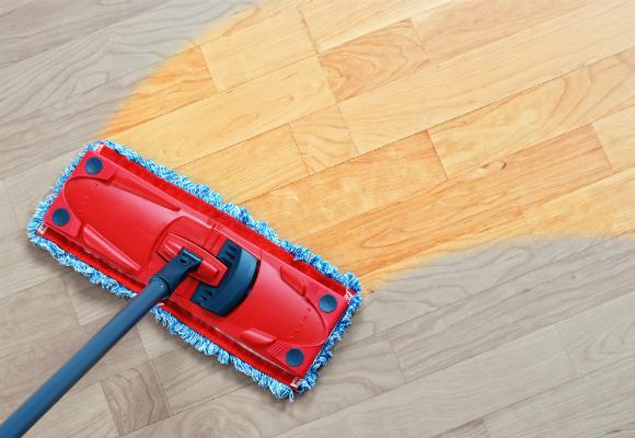 Apenas um pano úmido é o suficiente para fazer a limpeza do piso