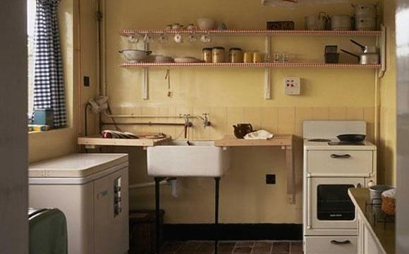 Cozinha é bem simples, de acordo com a década de 50