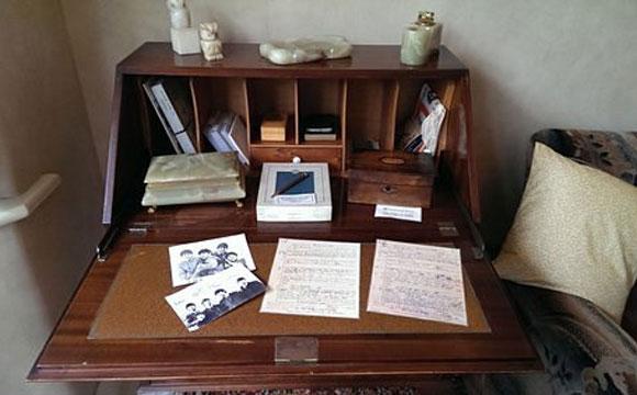 Armário com letras escritas pelos Beatles