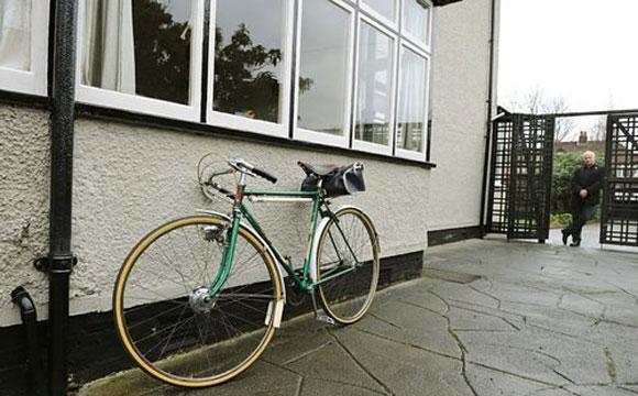 Casa de John Lennon tem uma réplica da bicicleta que ficava encostada do lado de fora