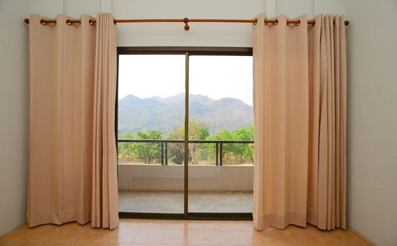 Uma simples cortina pode mudar a cara da sua sala