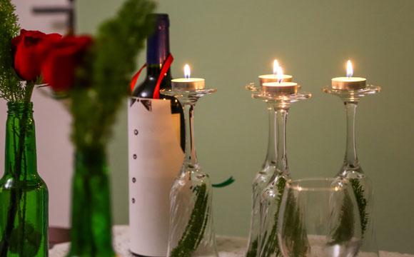 Detalhes com velas e flores dão charme à mesa