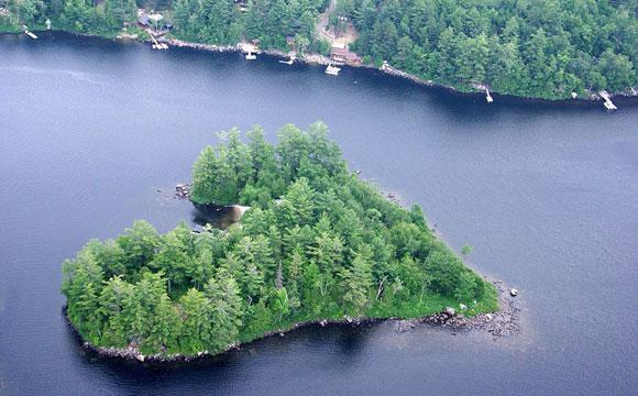Ilha com formato de coração oferece total privacidade ao futuro comprador (Fotos: Reprodução/Daily Mail)