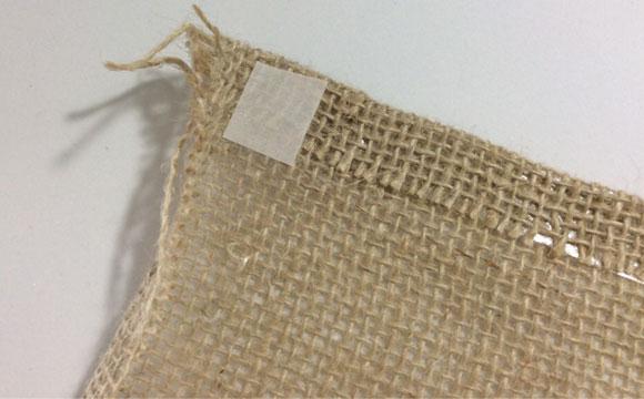 Para dar acabamento aos cantinhos, aplique um pedacinho da fita adesiva sobre as bordas já dobradas