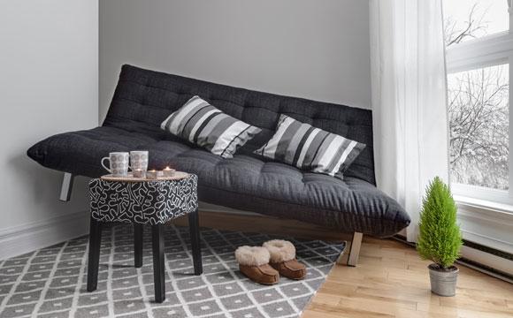 Não escolha um sofá grande demais para o ambiente. Coloque um no tamanho proporcional da sala