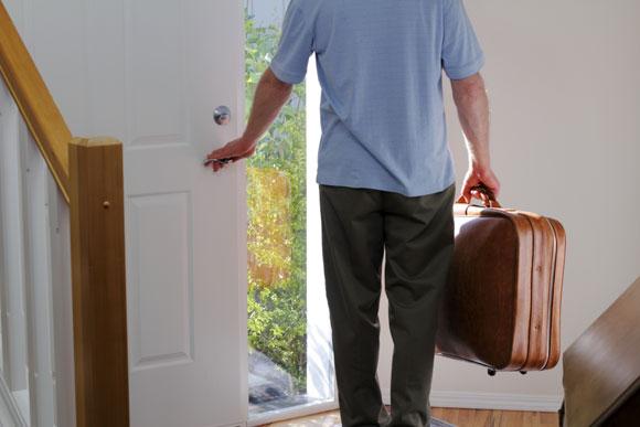 Em ausências prolongadas, peça a um parente para visitar sua casa, para demonstrar a presença de pessoas (Foto: ThinkStock)