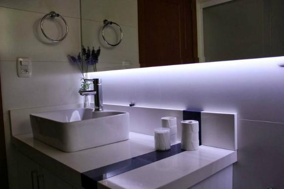 decoracao lampadas led:As fitas podem ser inseridas também na decoração do banheiro