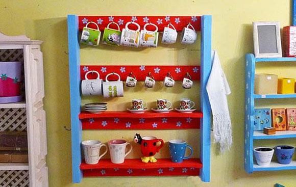 Pallet tamb�m pode ser transformado em uma prateleira para cozinha, onde � poss�vel colocar canecas e outros objetos (Foto: Divulga��o/Veronica Kraemer)